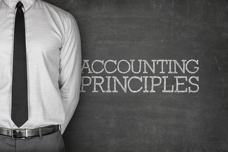 impuestos: Principios de contabilidad en la pizarra con el empresario en el lado