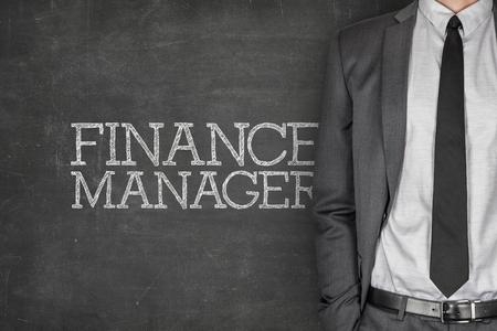 traje formal: Gerente de Finanzas en la pizarra con el empresario en un traje en el lado Foto de archivo