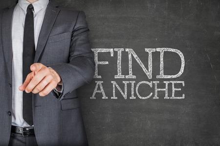 conclusion: Encontrar un nicho en la pizarra con el dedo apuntando empresario