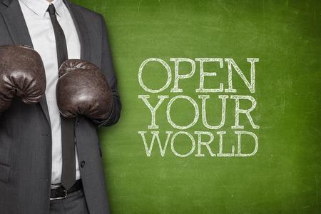 el mundo en tus manos: Abra su mundo en la pizarra con el empresario con guantes de boxeo