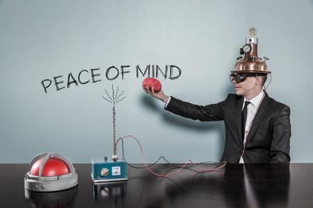 La paz de la mente con el concepto de negocios la celebración de cerebro a la mano en la oficina