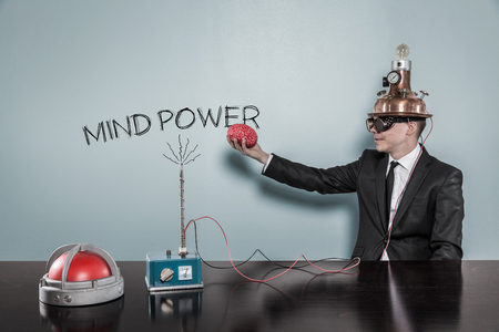 Mente concetto di potenza con l'imprenditore tenendo il cervello a portata di mano in ufficio