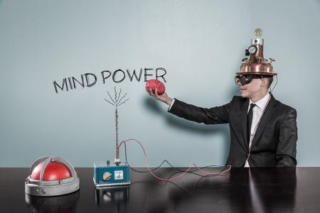 Mind Power-Konzept mit Geschäftsmann auf der Hand im Büro hält Gehirn