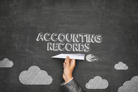 registros contables: Contabilidad registros concepto de pizarra negro con la celebración de la mano de negocios el plano de papel Foto de archivo