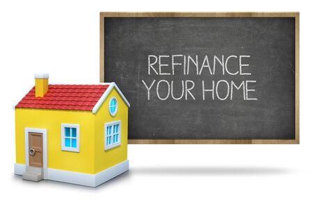 Refinanzieren zu Hause Text auf Tafel mit 3D-Haus vor der Tafel auf weißem Hintergrund
