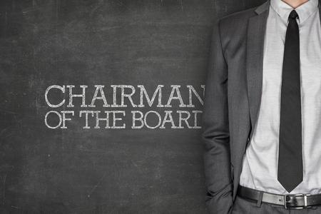 Président du conseil d'administration sur tableau noir avec l'homme d'affaires en costume sur le côté Banque d'images