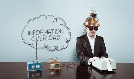 Wolke Überfrachtung mit Informationen Text mit Vintage-Geschäftsmann und Rechner im Büro Standard-Bild
