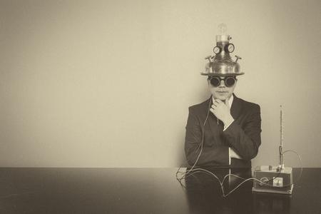 El hombre de negocios sentado en el escritorio de oficina con gafas de época