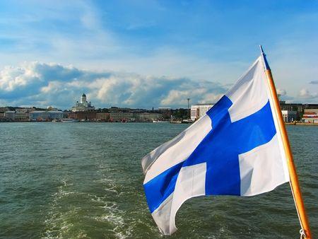 finland�s: Panorama de Helsinki, con bandera finlandesa Foto de archivo