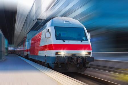 entrenar: Tren de alta velocidad moderna  Foto de archivo