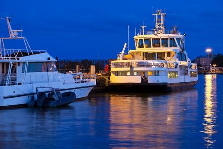 docked: Los buques tur�sticos acoplada  Foto de archivo