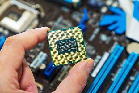 circuito integrado: CPU en mano  Foto de archivo