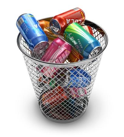 papelera de reciclaje: Concepto de reciclaje: latas de bebida en la Papelera