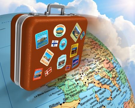maleta: Cuero viajar maleta con etiquetas volando alrededor del mundo de la tierra Foto de archivo