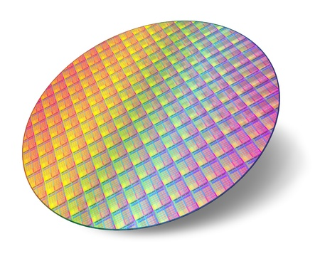 Oblea de silicio con núcleos de procesador aisladas sobre fondo blanco