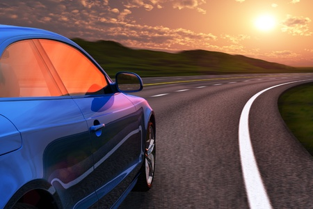 motor race: Blauwe auto rijden door autosnelweg in zonsondergang met motion blur effect Stockfoto