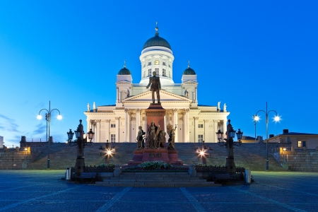 Финляндия: Известный вехой в финской столице: Сенатская площадь с Лютеранская церковь и памятник русскому императору Александру II
