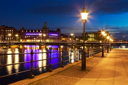 Vista nocturna escénica de la Ciudad Vieja (Gamla Stan) en Estocolmo, Suecia *** NOTA: TEXTO DE LA ETIQUETA DE CONSTRUCCIÓN es su nombre antiguo, histórico e inherente
