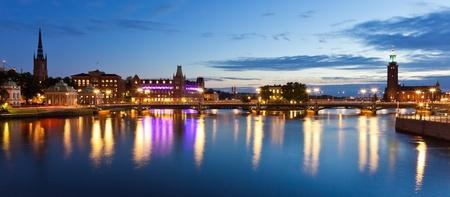 スウェーデン、ストックホルムの旧市街 (Gamla Stan) の風光明媚な夜のパノラマ 写真素材