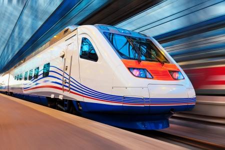 treno espresso: Moderno treno ad alta velocità, con effetto motion blur
