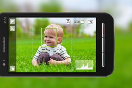 Scatto delle foto con il cellulare: smartphone in modalit� fotocamera all'aperto Archivio Fotografico - 10893962