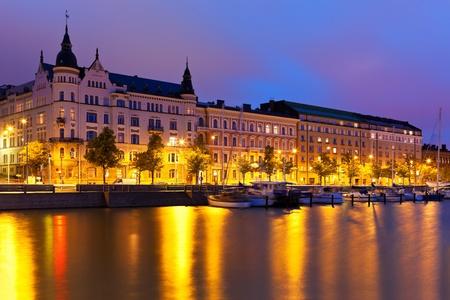 Финляндия: Живописные панорамы ночь на Старый город в Хельсинки, Финляндия Фото со стока