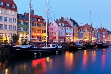 Scenic avond panorama van Historische Nyhavn 17 straat in Kopenhagen, Denemarken