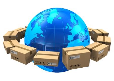 Wereldwijde verzending concept: rij van kartonnen dozen rond blauw Massa wereld op een witte achtergrond Stockfoto