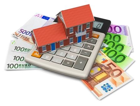 billets euros: Notion d'hypothèque: maison jouet sur la calculatrice des billets en euros isolé sur fond blanc