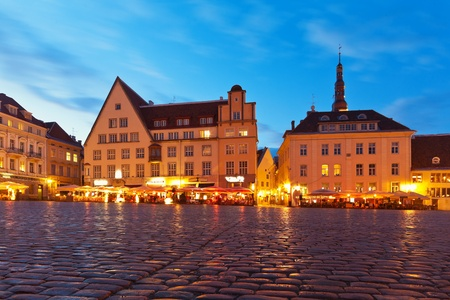 plats: Scenic evening panorama of the Town Hall Square (Raekoja Plats) in the Old Town in Tallinn, Estonia