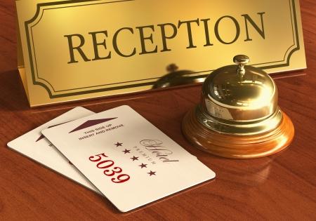 Macro uitzicht op Golden Service bel en kamer toegang cardkeys op houten receptie in hotel *** OPMERKING: Alle tekstlabels en cijfers zijn volledig abstract