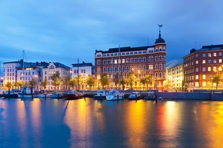 Panorama de la noche escénica del muelle de la Ciudad Vieja en Helsinki, Finlandia