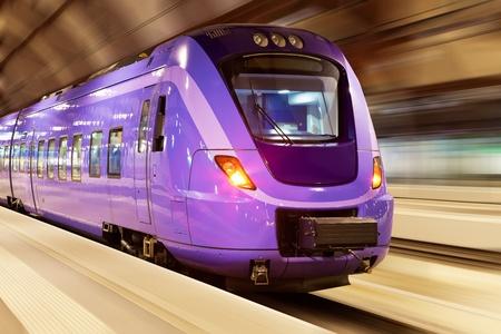 treno espresso: Moderno treno ad alta velocit�, con effetto motion blur presso la stazione ferroviaria