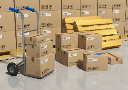 warehouse interior: Interno di magazzino di stoccaggio di merci imballate in scatole di cartone e camion di mano Archivio Fotografico