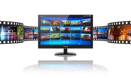 Media telecommunicatie en streaming video concept van breedbeeld-tv-scherm met streaming video galerij en filmstrip met kleurenfoto's op een witte reflecterende achtergrond
