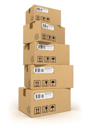 carton: Stapel van kartonnen dozen op een witte achtergrond Alle tekstlabels, getallen en barcodes op kartonnen dozen zijn volledig abstract Stockfoto