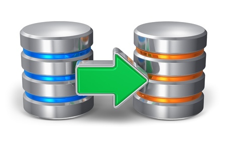 Base de datos de copia de seguridad concepto de dos iconos metálicos de disco duro con la flecha verde sobre fondo blanco