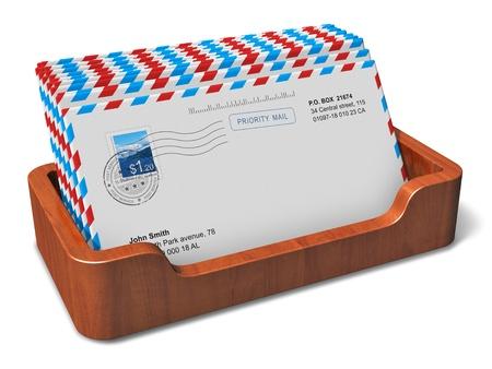 correspond�ncia: E-mail, mensagens instant�neas e conceito caixa desktop do escrit�rio de madeira comunica��o com cartas de correspond�ncia recebida isolado no fundo branco Todos os nomes, n�meros e endere�os s�o totalmente abstratos e usou foto � minha de minha pr�pria carteira