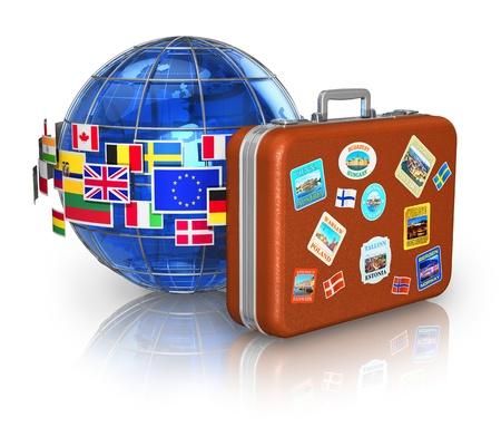 destinos: Viaja por todo el mundo y el concepto de turismo funda de cuero para los viajes y el planeta Tierra azul con un grupo de banderas de colores