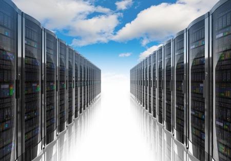 infraestructura: La computaci�n en nube y la computaci�n filas concepto de redes de servidores de red contra el cielo azul con nubes