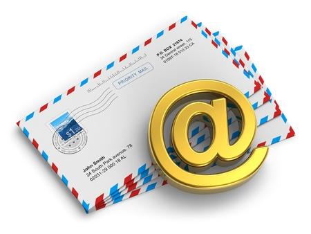 telecomm: E-mail y mensajer�a de grupos de Internet concepto de sobres postales y de correo de oro s�mbolo @ aisladas sobre fondo blanco Todos los nombres son completamente ficticios y foto usada aqu� es la m�a desde mi propia cartera Foto de archivo