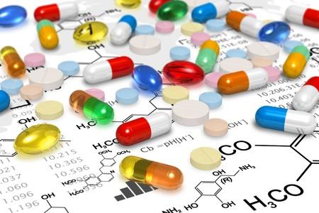 doses: Apotheekformule Macro mening van heap van kleur pillen en tabletten op chemische formules op een witte achtergrond