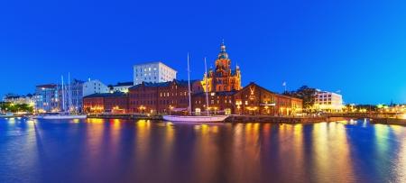 Scenic summer night panorama van de oude stad in Helsinki, Finland Stockfoto