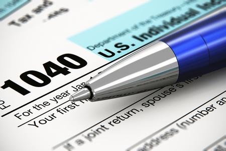 retour: Belastingformulier zakelijke financiële concept macro oog van individuele terugkeer belastingformulier en blauwe metalen balpen