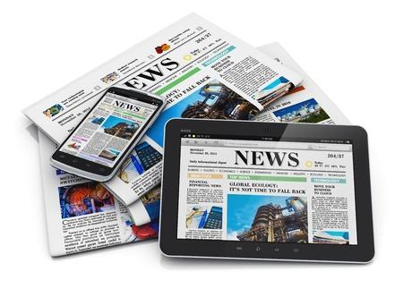 m�dia: Web e papel conceito de m�dia computador eletr�nico internet tablet PC, smartphone touchscreen preto brilhante moderno e pilha de jornais de neg�cios do escrit�rio com not�cias financeiras isolado no fundo branco com efeito de reflex�o Banco de Imagens