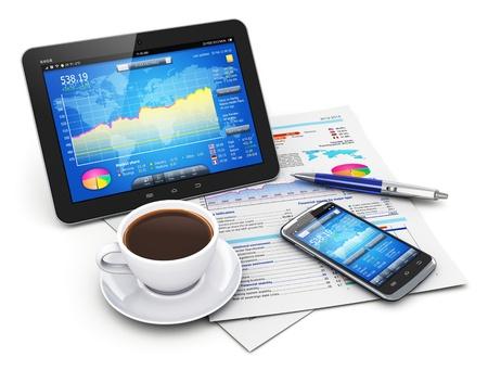 Mobiliteit, bedrijfsbureau, papierwerk en finance concept tablet-pc en moderne zwarte glanzende touchscreen smartphone met beursmarkt toepassing op het scherm, kopje zwarte verse koffie, pen en documenten met financiële vennootschappen grafieken, diagrammen en