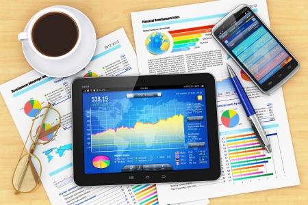 ontwikkeling: Moderne zakelijke kantoorwerkplek technologisch concept tablet-pc computer, zwart glanzend touchscreen smartphone met de beurs financiële applicatie, documenten met financiële rapporten, grafieken en tabellen, balpen, brillen en kopje koffie op houte