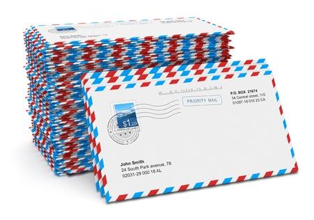 correspondencia: Pila de cartas de papel de correo a�reo aislado sobre fondo blanco Foto de archivo