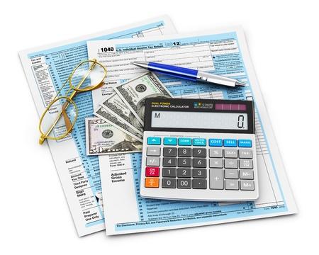 ingresos: 1040 Formulario de negocios, impuestos y finanzas concepto contable EE.UU. Individual Income Tax, calculadora de la oficina, billetes de dólar, bolígrafo y gafas aislados sobre fondo blanco