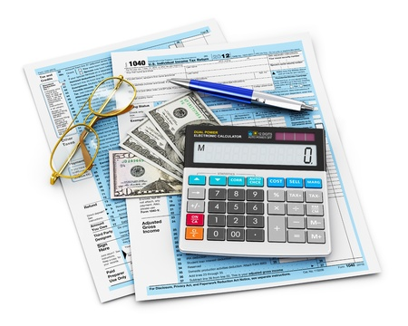 retour: Zakelijke financiën, fiscale en boekhoudkundige begrip 1.040 US Individual Income Tax Form, bureau rekenmachine, dollar-biljetten, balpen en glazen op een witte achtergrond
